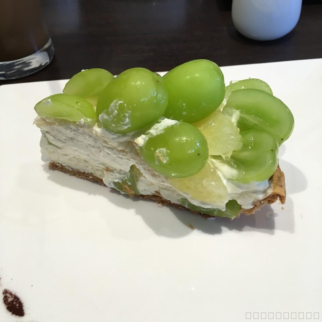 軽井沢のカフェでケーキを食べる